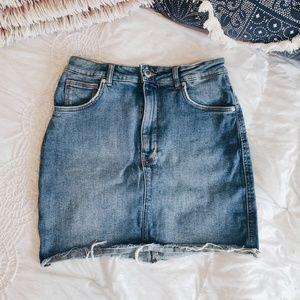 Zara ; denim raw hem highwaisted mini skirt M